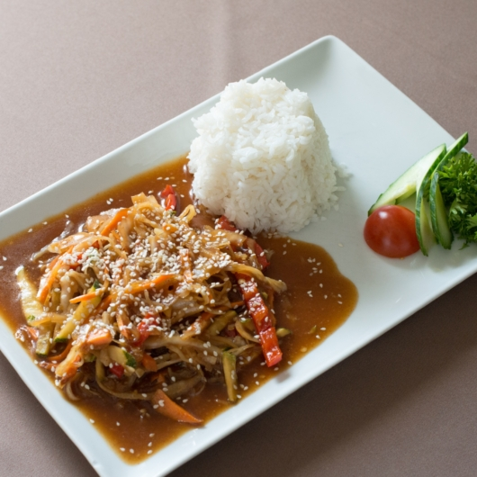 Wokban pirított zöldségek jázmin rizzsel