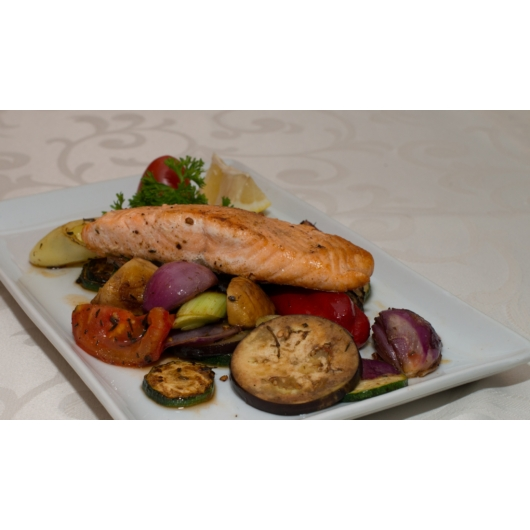 Grillezett lazac steak, sült zöldségekkel